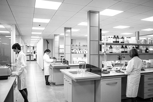 Trabajadores en laboratorio Neoflex